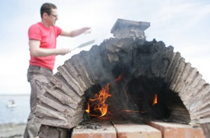 Giles Pritchard firing his cob oven - image copyright Roy Riley (www.royriley.co.uk)